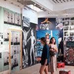 6- Photos NB Galerie avec deux visiteuses